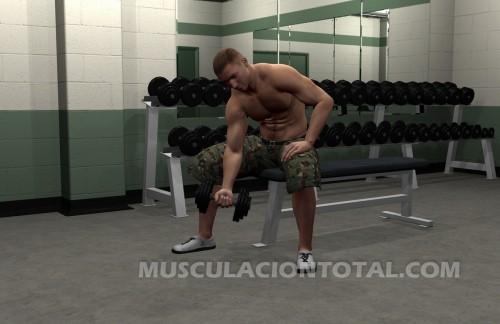 Inicio del curl de biceps con apoyo en el muslo