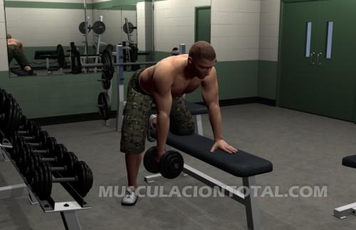 Inicio del ejercicio conocido como remo horizontal con mancuernas