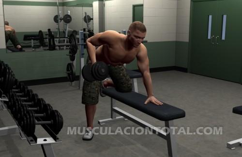 Fin del ejercicio conocido como remo horizontal con mancuernas