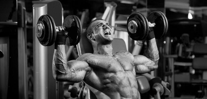 entrenamiento con pesas en el gimnasio