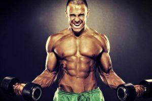 hombre con musculos marcados