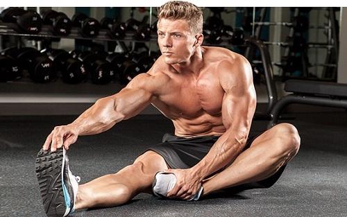hombre musculoso estirando