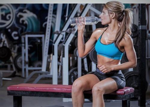 tomar-agua-en-el-gimnasio