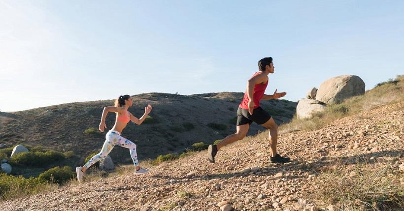 Pareja entrenando en una colina