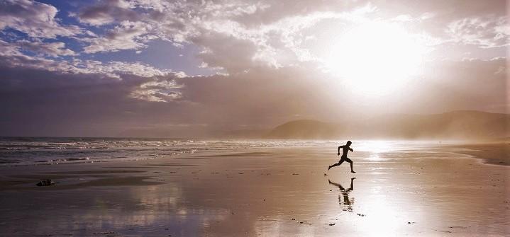 hombre-corriendo-en-la-playa
