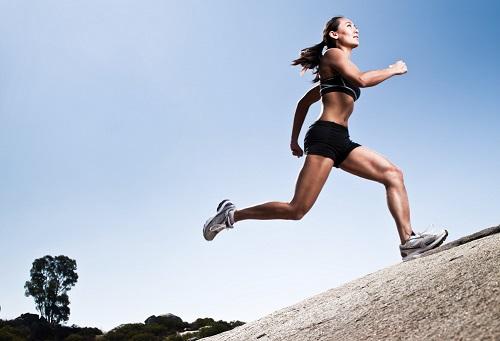 mujer-corriendo-en-una-colina