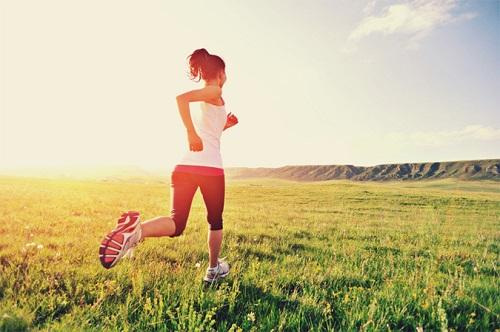 mujer-corriendo-sobre-el-pasto