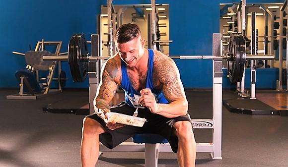 Hombre comiendo en el gimnasio