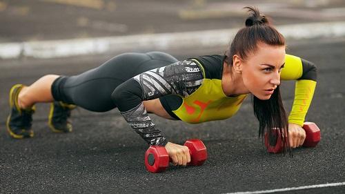 mujer-corredora-entrenando-fuerza