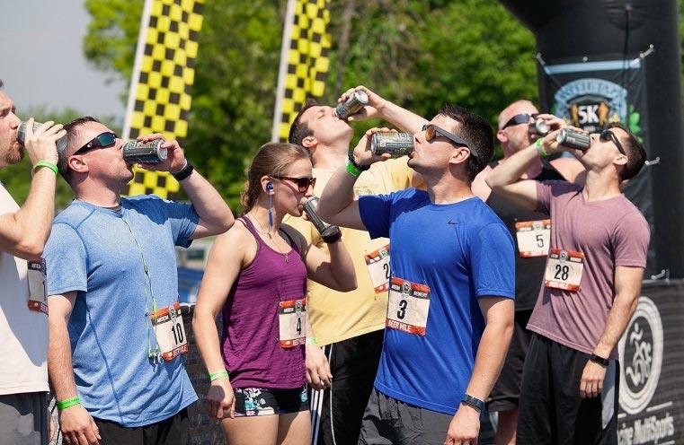 personas-tomando-cerveza-al-terminar-de-correr