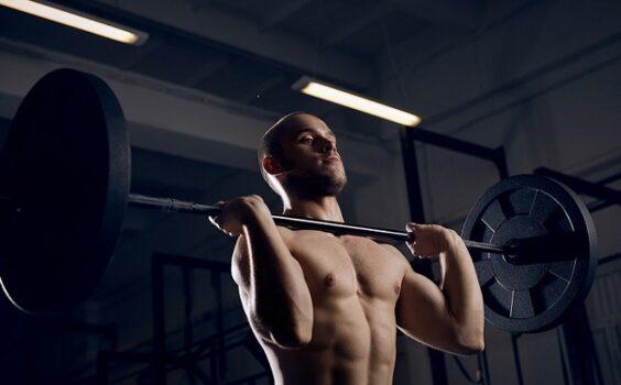 la mejor forma de entrenar hombros en el gym