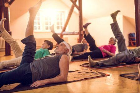 personas mayores haciendo pilates