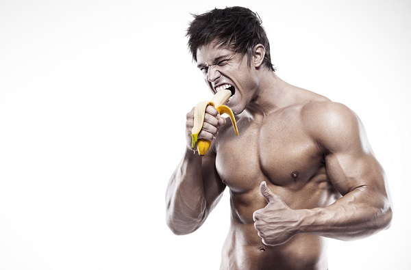 culturista comiendo carbohidratos