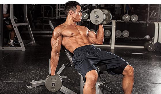 hombre entrenando duro con pesas