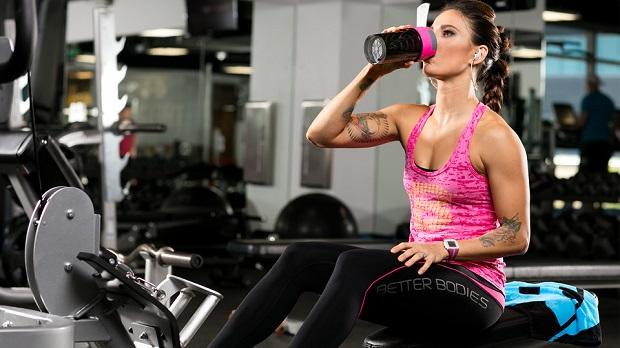 mujer tomando un batido de proteínas