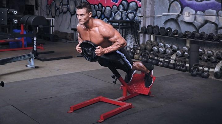 ejercicio de extensión en banco lumbar