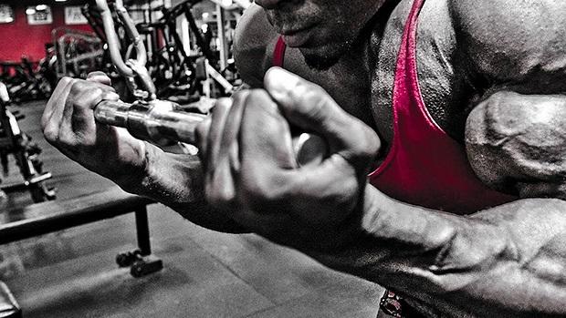 extensión en polea con agarre inverso tríceps