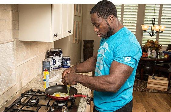 hombre cocinando huevos