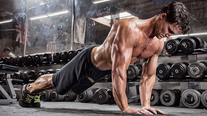 hombre entrenando fuerte