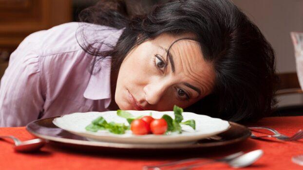 mujer triste por hacer dieta