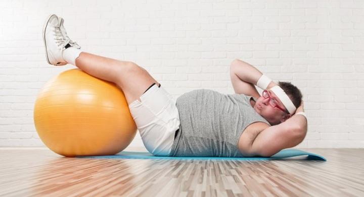 hombre haciendo abdominales para adelgazar