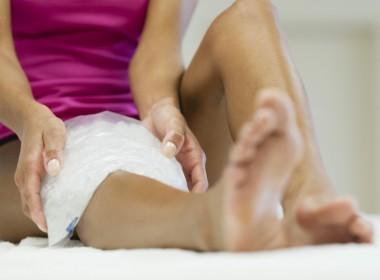 compresa fría en pierna lastimada
