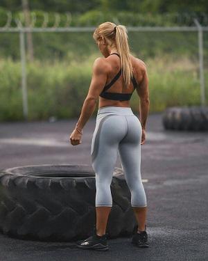 mujer con gluteos fuertes