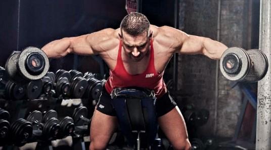 hombre entrenando sus hombros con mancuerna