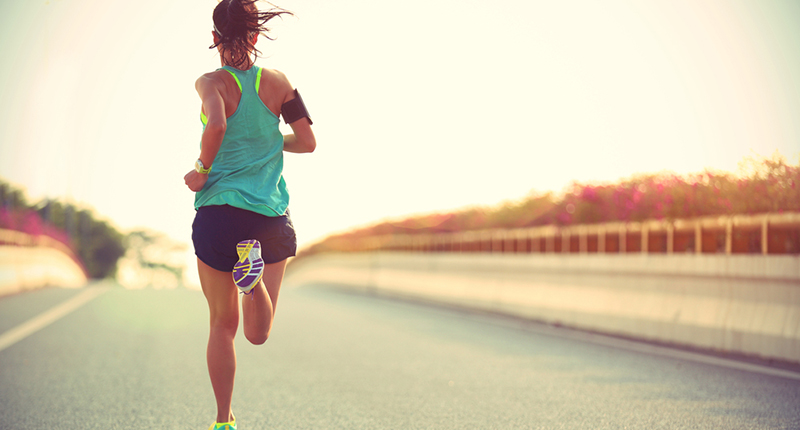 Mujer corriendo a Ritmo controlado