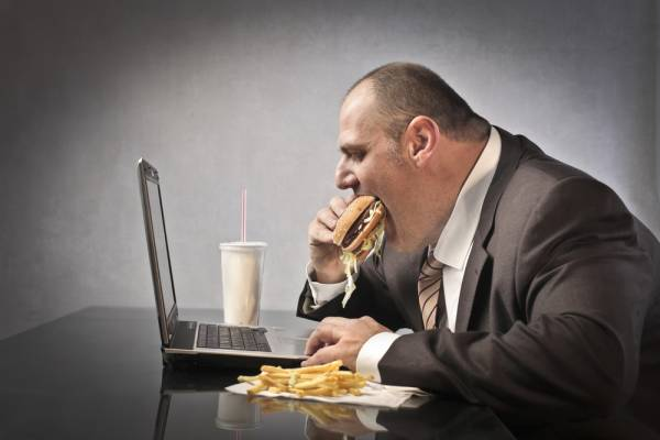 hombre obeso con estrés