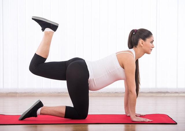 mujer embarazada entrenando