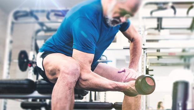 hombre anciano entrenando con pesas
