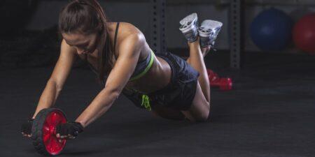 mujer entrenando con rueda abdominal